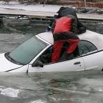 En voiture, l'appuie-tête pour casser une vitre en cas d'urgence